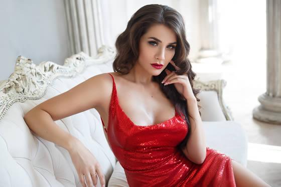 Maquillaje de boda para invitada con vestido rojo